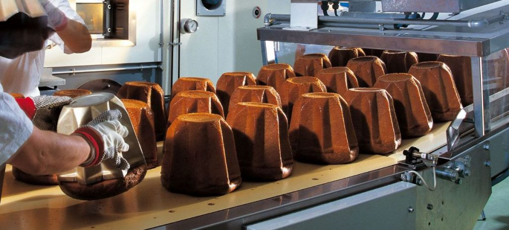 Una fase di produzione dei pandoro nello stabilimento Maina