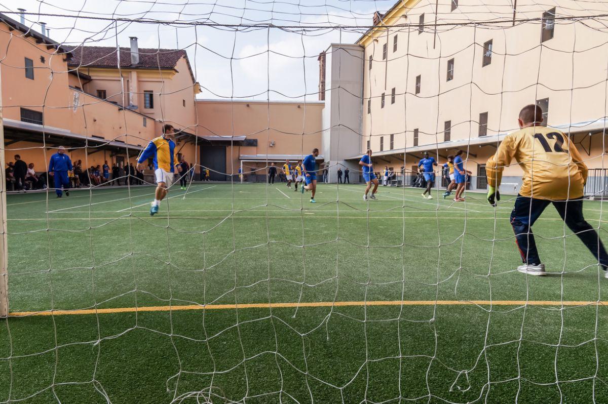 Una fase del quadrangolare di calcio nel carcere Santa Caterina di Fossano