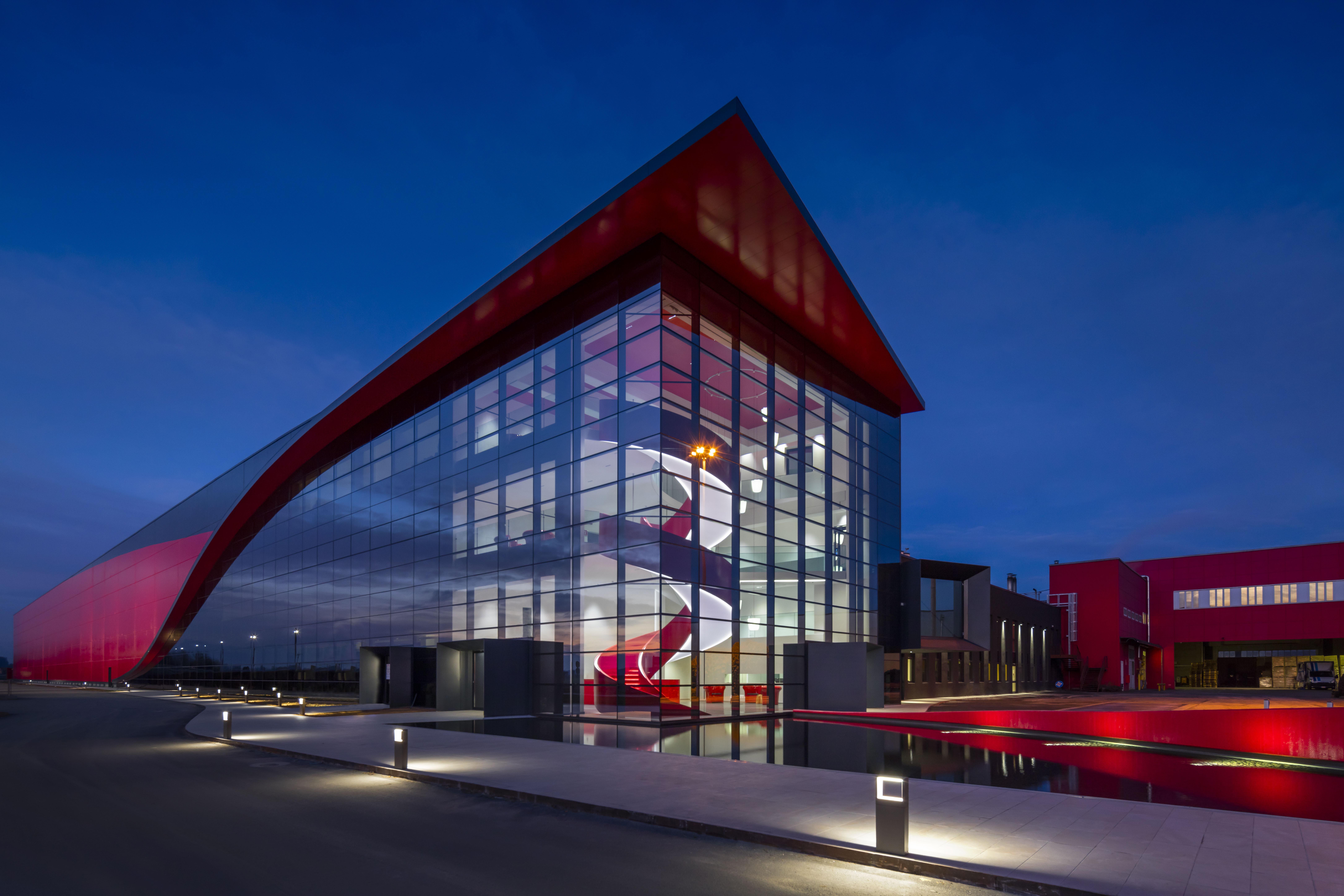 Una foto notturna della nuova sede di Maina a Fossano