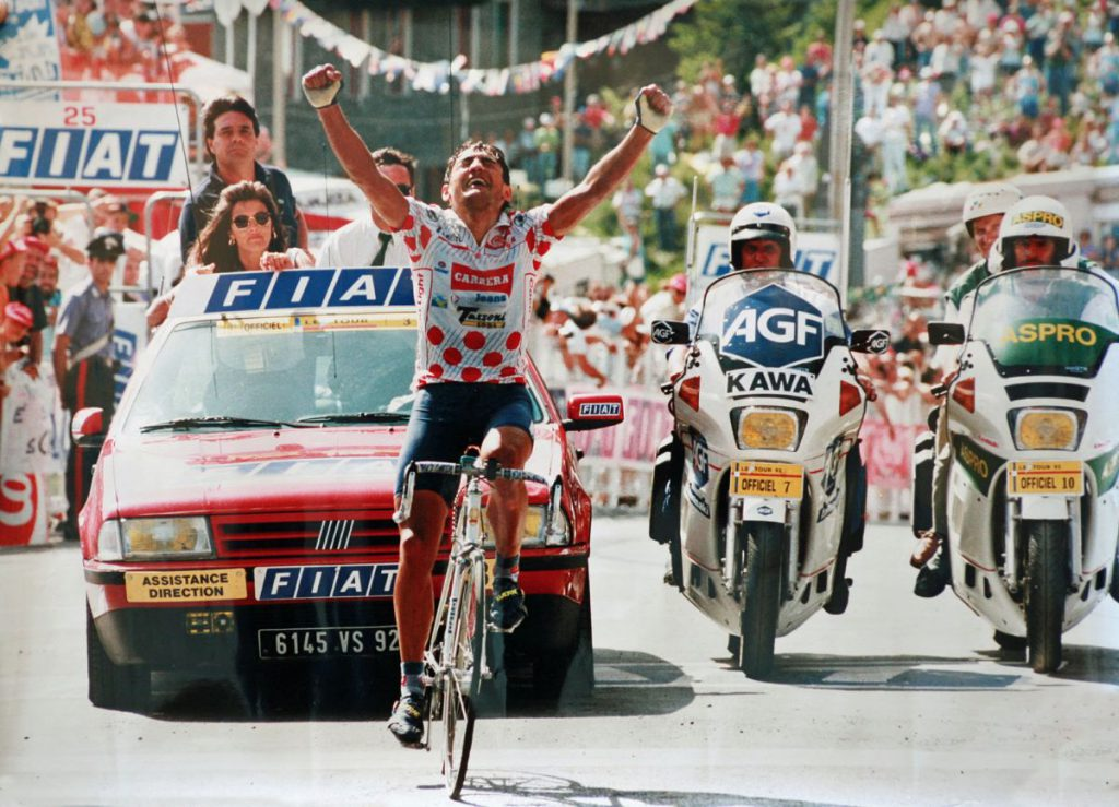 Claudio Chiappucci taglia per primo il traguardo a Sestriere, nel Tour de France del 1992. Un'impresa rimasta nella storia del ciclismo