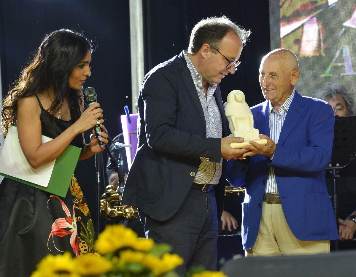 Antonio Di Gennaro (il primo da destra) mentre ritira il premio Virtù e Conoscenza
