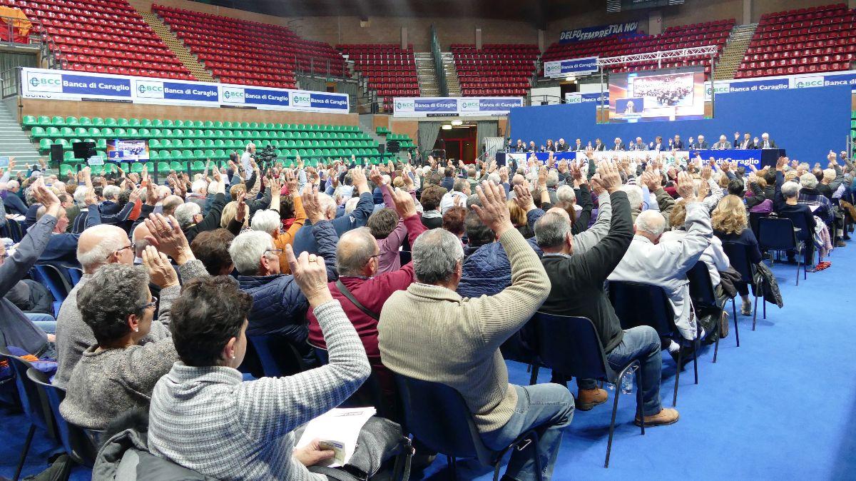 Una fase delle votazioni all'assemblea della Banca di Caraglio