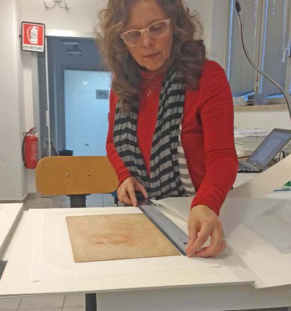 Paola Salvi nel laboratorio di tecnologia dell'ICRCPAL di Roma dove attualmente si trova l'Autoritratto per esami di diagnostica.