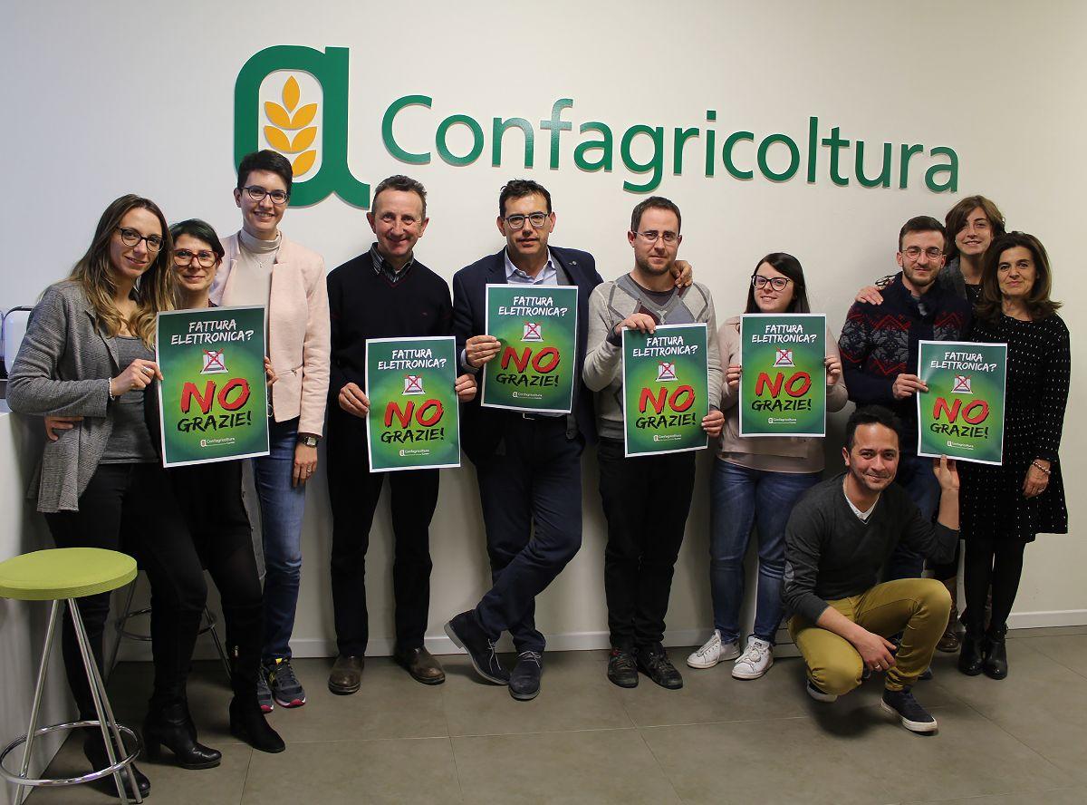 Dirigenti e dipendenti di Confagricoltura Cuneo con le locandine della protesta contro la fatturazione elettronica