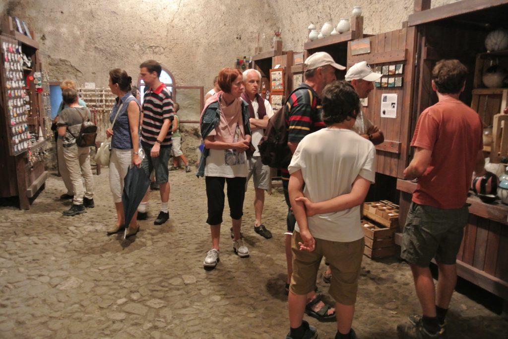 Un'immagine della scorsa edizione del Temporary Shop al Forte di Vinadio